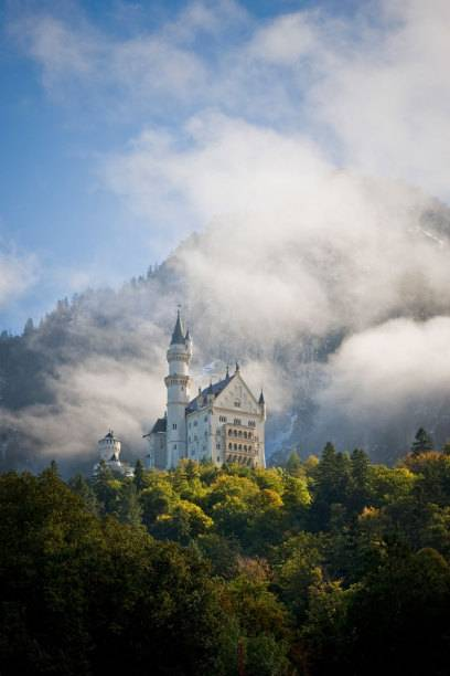 Wer den Bodensee-Königssee-Radweg befährt, wird mit einem Blick auf das Märchenschloss Neuschwanstein belohnt