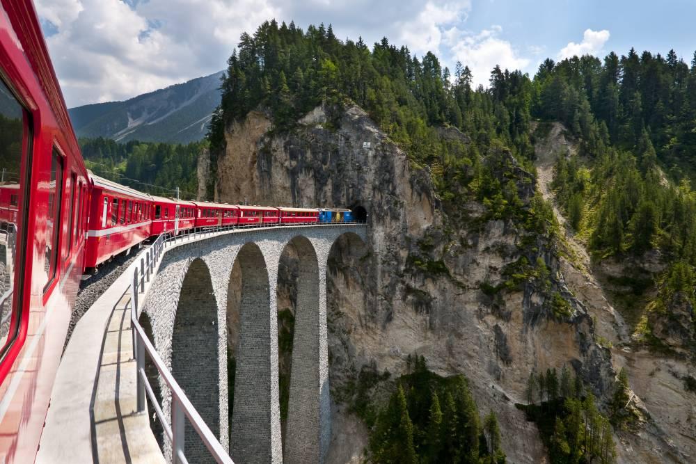 Der Glacier Express fährt von Zermatt nach St. Moritz durch wunderschöne Natur