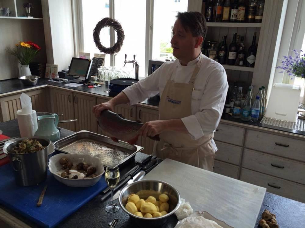Sterne-Koch Tillmann Hahn zeigt, wie man eine Ostsee-Lachsforelle richtig zubereitet
