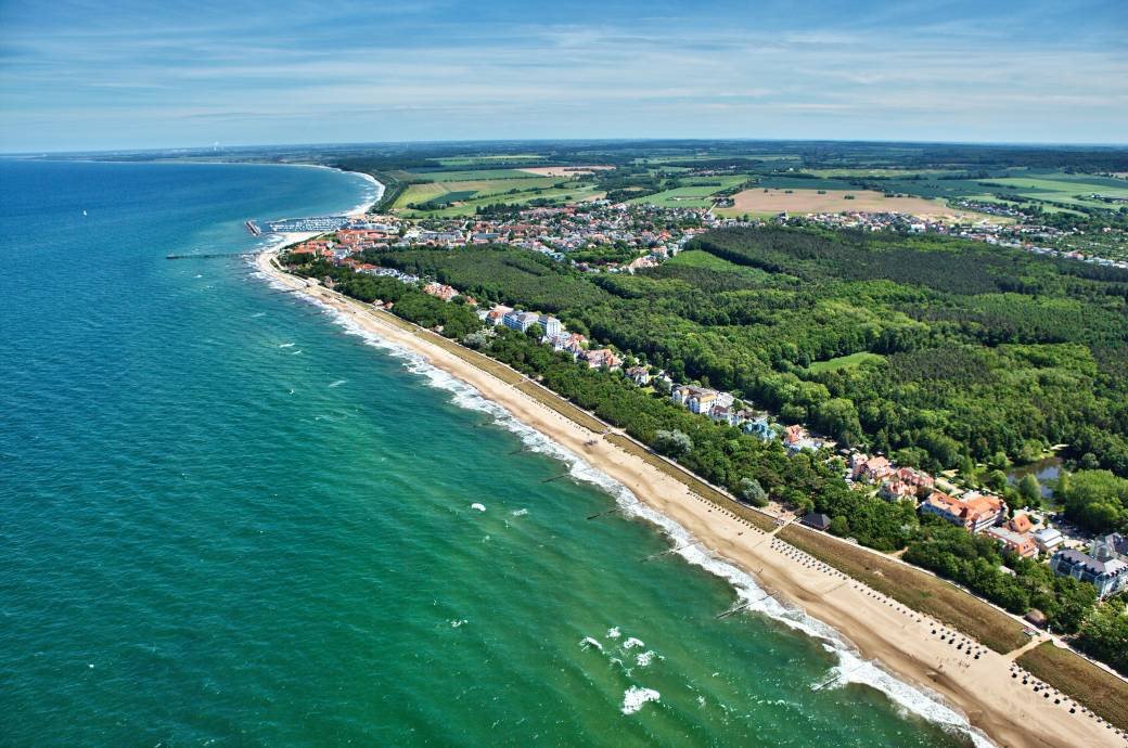 Der lange Strand samt Promenade, dazu im Hintergrund der Stadtwald – Kühlungsborn ist eine heiße Perle an der Ostsee