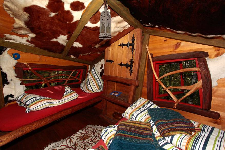 Wie Eine Kleine Räuberhöhle Sieht Das Baumhaus Von Innen Aus. Foto: Dpa  Picture Alliance