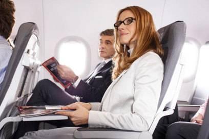 In der Europa-Kabine setzt Lufthansa bereits schmale Sitze ein, bei denen die Zeitschriftentasche nach oben verlegt wurde - das schafft Platz, um die Füße auszustrecken