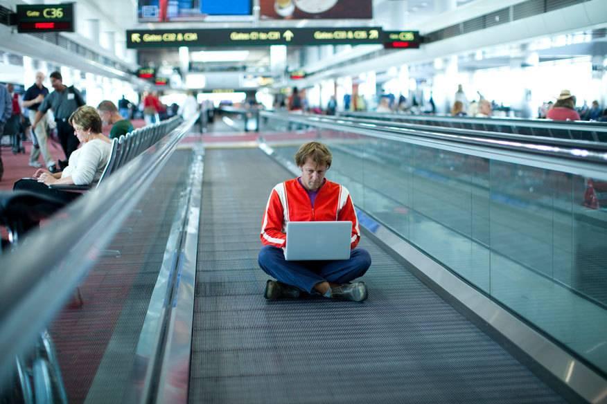 Viele Reisende wollen die Wartezeit am Flughafen nutzen, um im Internet zu surfen, doch nicht überall gibt es kostenloses WLAN