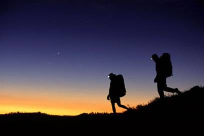 Nachts wandern ist ein Abenteuer. Stirnlampen sind im Dunkeln praktische Wegbegleiter