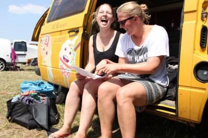 Festival-Neuling Nathalie Kern (l.) stöbert mit Freundin Marie (r.) in der Liste der Bands, die sie beim Melt!-Festival sehen wollen
