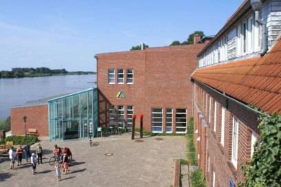 Näher am Wasser als die ehemalige Zündholzfabrik in Lauenburg ist kaum eine deutsche Jugendherberge gebaut