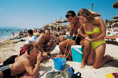 Eimersaufen am Strand von Palma de Mallorca. Nach den neuen Gesetzen ist damit jetzt Schluss, weshalb Betrunkene in Zukunft nicht mehr so oft unangenehm auffallen dürften
