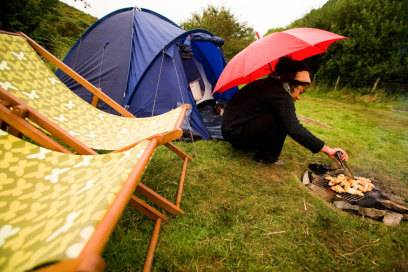 Die gebückte Haltung, ein notwendiges Übel beim Zelten, geht auf die Dauer aber auf die Knochen