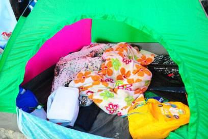 Von Ordnung kann in einem Zelt keine Rede sein. Das Chaos entsteht, sobald mehr als eine geöffnete Tasche und ein Schlafsack im Zelt liegen
