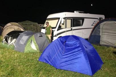 Bingo! Wer sein Zelt tagsüber unter einem Flutlichtmast aufbaut, braucht nachts keine Leselampe bzw. gar keinen Schlaf mehr