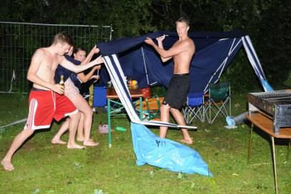 Wer Campingnachbarn hat, braucht keine Unterhaltung mehr. Die schallt von ganz allein durch den dünnen Zeltstoff