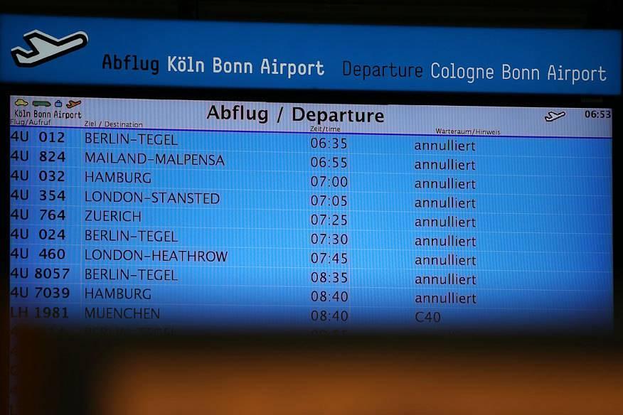 So wie hier sieht es an fast allen deutschen Flughäfen aus: Die Anzeigetafel in Köln zeigt zahlreiche annullierte Verbindungen an