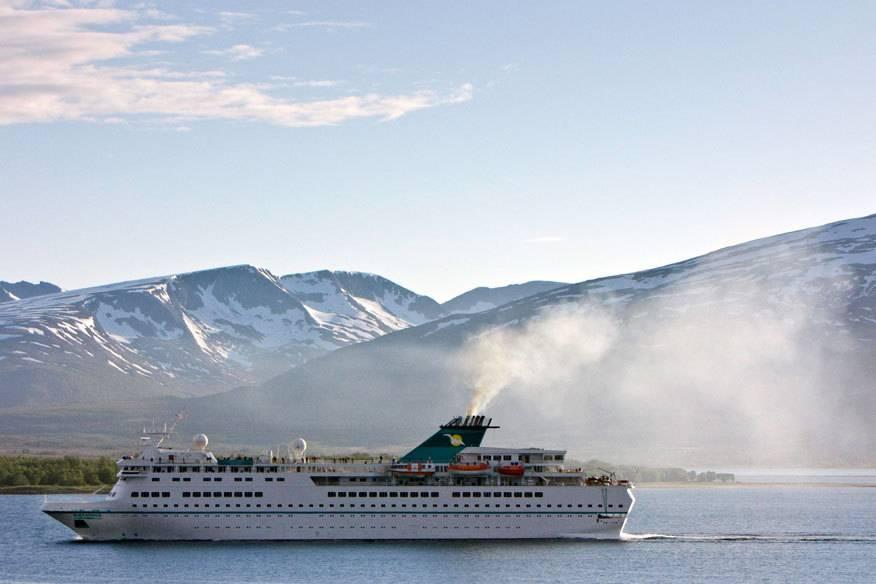 Kreuzfahrtschiffe belasten die Umwelt und Menschen sehr. Das Foto zeigt die Abgase aus dem Schornstein der Alexander von Humboldt