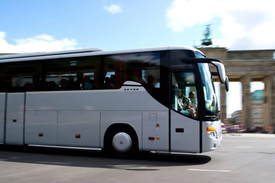 Immer mehr Menschen nutzen den Fernbus für Reisen in Deutschland. Das ist zwar zum Teil wesentlich günstiger im Vergleich zur Bahn, dafür haben die Fahrgäste weniger Rechte bei Verspätungen