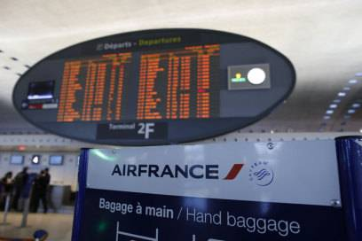 Anzeigetafel am Flughafen Paris-Charles de Gaulle: Rund die Hälfte aller Air-France-Flüge muss am Montag wegen des Streiks ausfallen