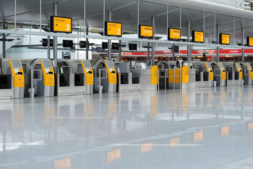 Leere Check-in-Schalter: So wie hier am Flughafen München, wo am 10. September gestreikt wurde, wird es am Dienstag auch in Frankfurt aussehen