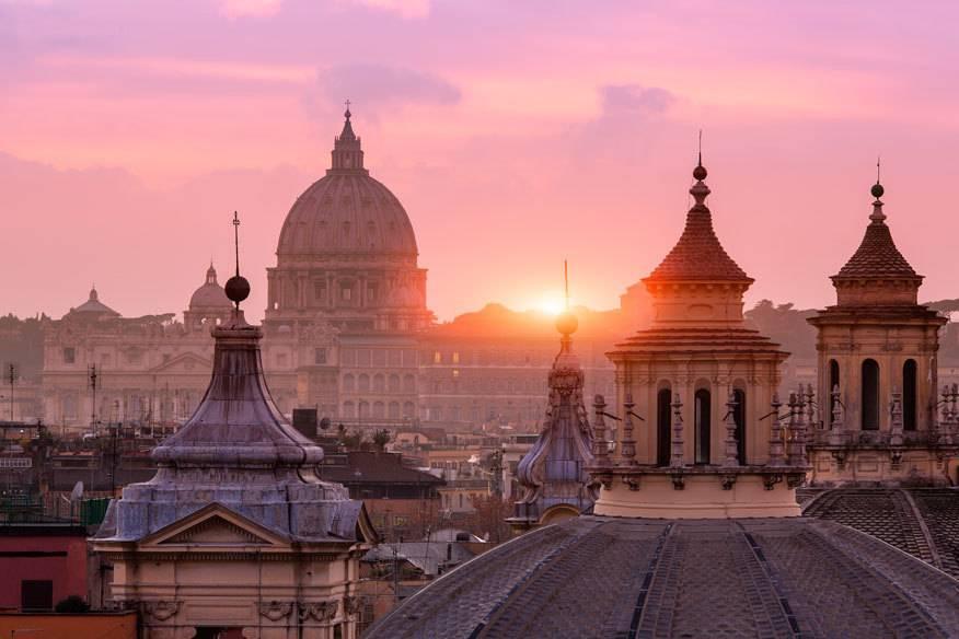 """Rom hat mit seinen vielen Kirchen, Kuppeln und Gassen auch etwas geheimnisvolles an sich. Nicht umsonst hat Dan Brown seinen Roman """"Illuminati"""" in Rom spielen lassen."""