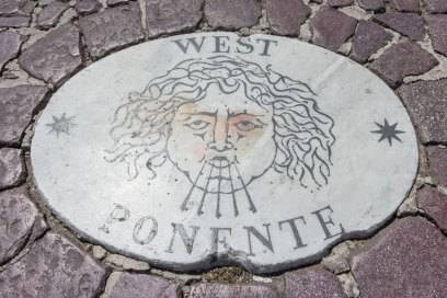 """Die gesuchte Marmorplatte mit dem Symbol des Westwindes trägt den Schriftzug """"West Ponente"""" (Respiro di dio)"""