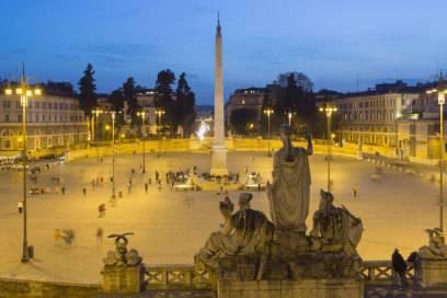 Der Piazza del Popolo ist oval, in der Mitte prangt ein mächtiger 24 Meter hoher ägyptischer Obelisk, und auch der Brunnen um den Obelisken mit seinen vier ägyptischen Löwen scheint prädestiniert als Ort der Illuminati