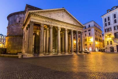 Das Pantheon liegt an der Piazza della Rotonda, mitten in Rom zwischen der Piazza Navona und dem Trevi-Brunnen. Der Eintritt ist kostenlos.