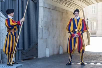 Die Schweizergarde ist das einzige verbliebene päpstliche Armeekorps in Waffen. Die Wächter tragen eine Hellebarde, eine Mischung aus Hieb- und Stichwaffe