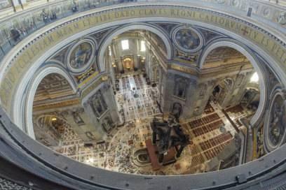 Blick in den gewaltigen Innenraum des Doms