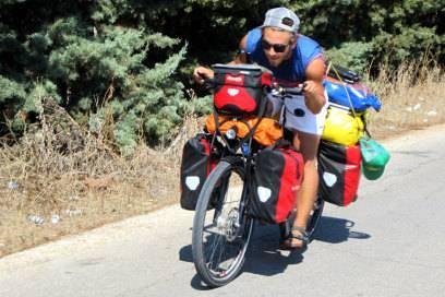 Zelt, Camping- und Kameraausrüstung, Klamotten – alles muss irgendwie am und auf dem Fahrrad verstaut werden. Bei einem Überfall hatten es die Räuber zum Glück nur auf Felix' Geld abgesehen
