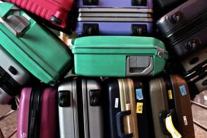 Gepäck kostet: bei manchen Airlines erst ab einem bestimmten Gewicht, bei anderen zahlt man für jeden Koffer