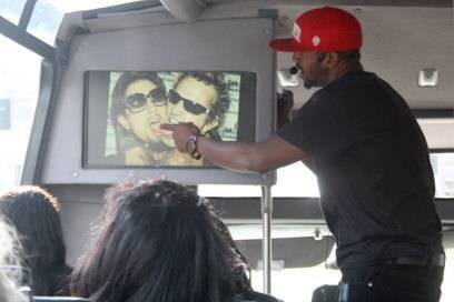 Van zeigt bei seiner Bustour ein Foto, das Dave Navarro von den Red Hot Chili Peppers (links) und Tommy Lee von Motley Crue zeigt, die sich 2006 auf einem roten Teppich abschleckten.