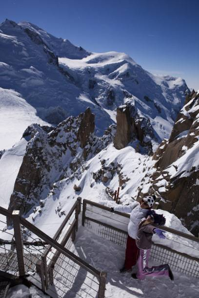 Die Aiguille du Midi im Mont-Blanc-Massiv überragt das Stadtzentrum von Chamonix um 2800 Meter