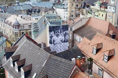 """Eine Fotoinstallation des französischen Künstlers """"JR"""" an einer Hausfassade in Baden-Baden"""