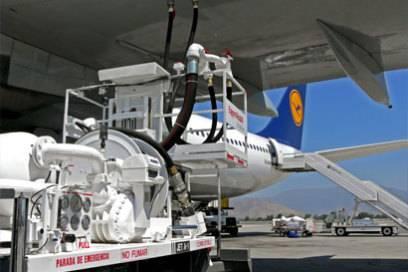 Betankung eines Lufthansa-Airbus A340-600 auf dem Flughafen von Santiago de Chile