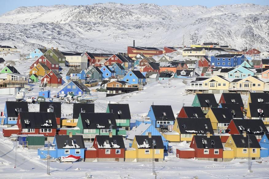 Farbtupfer im Weiß: Das Dorf Ilulissat auf Grönland