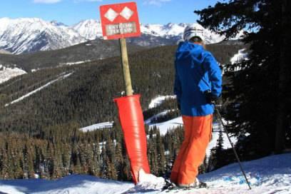 """""""Extremes Gelände"""" steht auf dem Schild: Das Skigebiet verfügt über eine Großzahl an anspruchsvollen Abfahrten"""