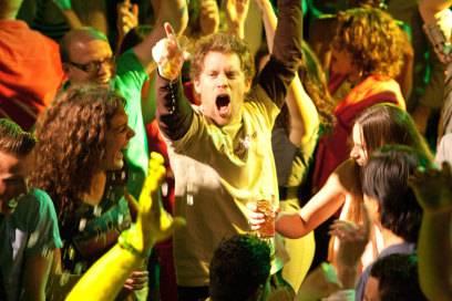 Filmszene aus BROs BEFORE HOs: Max (Tim Haars) macht Party im Club, den obligatorischen Long Island Iced Tea in der Hand
