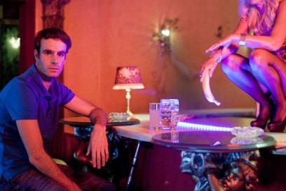 """Filmszene aus BROs BEFORE HOs: Renè (Henry van Loon) sucht Ablenkung in seiner """"Stamm-Strip-Bar"""""""