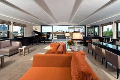 Wer so ein Wohnzimmer hat wie die Gäste in der Penthouse Suite, geht sicher nicht mehr an die Hotelbar