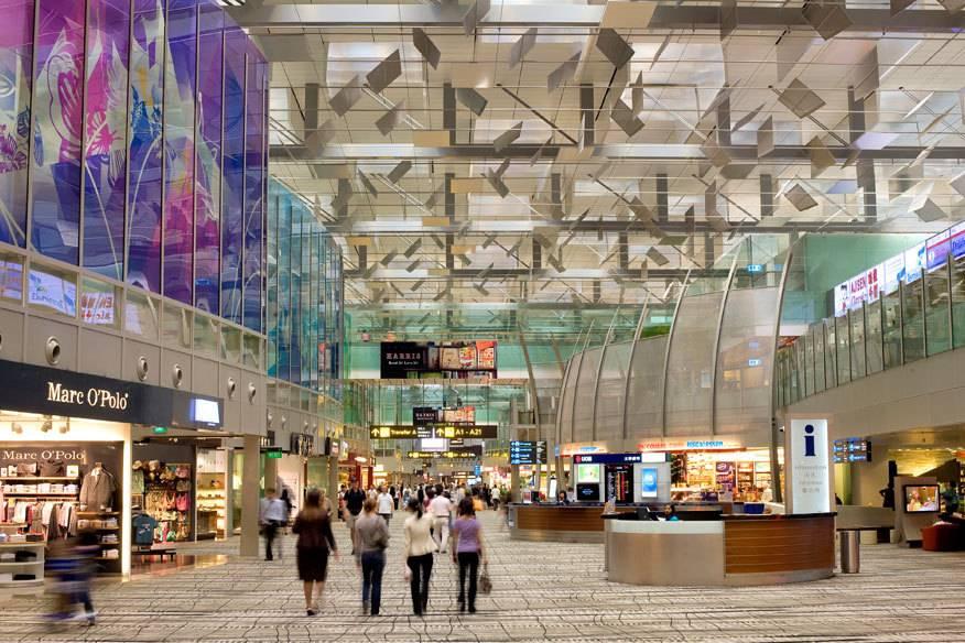 Auf immer mehr Flughäfen, wie hier am Changi Airport in Singapur, locken unzählige Geschäfte die Passagiere