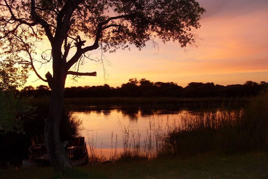 Sonnenuntergang über dem Okavango-River im Caprivi-Streifen.