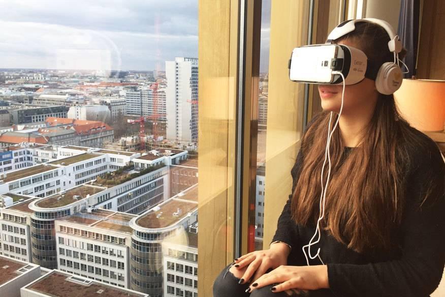 Vor dem Fenster Berlin, aber vor den Augen New York! Die 360-Grad-Datenbrille macht es möglich.