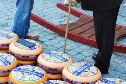 Auf dem Käsemarkt Hoorn werden Geschäfte wie früher per Handschlag besiegelt – allerdings handelt es sich nur noch um eine Vorführung für Touristen