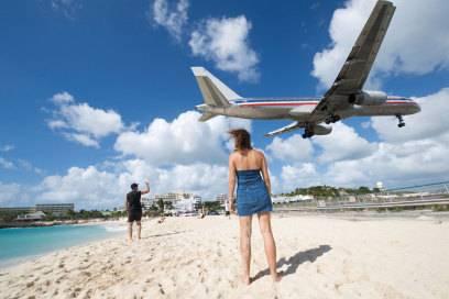 Auf der Karibikinsel St. Maarten fliegen die Flugzeuge in etwa 10 bis 20 Metern Höhe über den Maho Beach ein – und auch die ersten Hotels sind nicht weit weg.