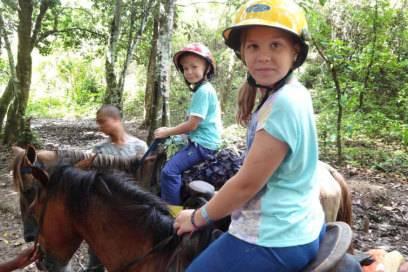 Aufgesattelt und gesichert: Lennart und seine ältere Schwester sind bereit für den Ritt durch den Regenwald
