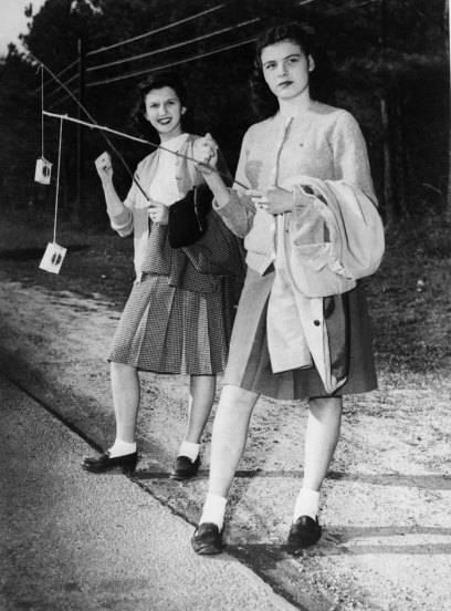 """Diese Damen versuchten, sich einen """"Lift"""" zu angeln, indem sie dem Fahrer Zigaretten als Köder hinhielten. Ob das heute auch noch zieht – bei der wachsenden Zahl von Nichtrauchern?"""