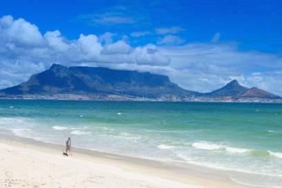 Ein Traumstrand, im Hintergrund der Tafelberg in Kapstadt: So lässt es sich in Südafrika urlauben