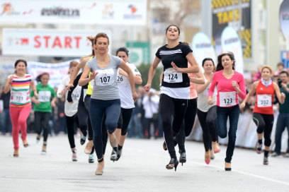"""Im März 2014 rannten auch Frauen in Antalya auf High Heels dem Ziel entgegen. Der Run wurde im Rahmen der Laufveranstaltung """"Runtalya"""" veranstaltet"""