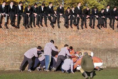 Hier jubeln Sportler nicht –sie spielen das Eton Wall Game. Sogar Prinz Harry nahm daran 2001 teil, auch wenn er in der Menge womöglich nicht zu erkennen ist