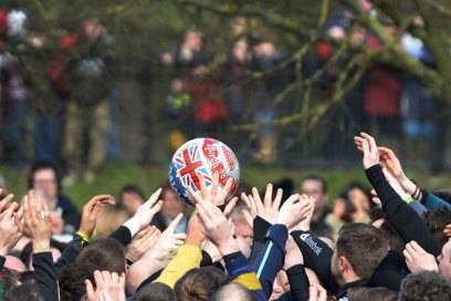 """Die beiden Dorfhälften von Ashbourne """"kicken"""" alljährlich acht Stunden lang an zwei Tagen den Ball ins gegnerische Terrain"""