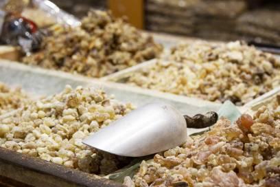 In den Souks kann Weihrauch gekauft werden. Beim Verräuchern setzt er einen aromatischen Duft frei und soll als Teeaufguss entzündungshemmend wirken