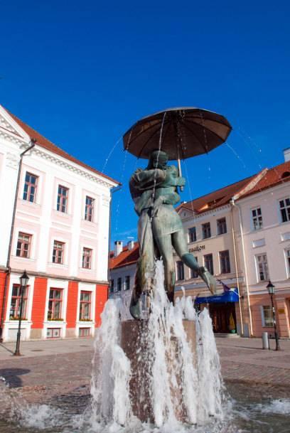 Und Küsschen! Die dauerknutschenden Studenten auf dem Rathausplatz von Tartu sind ein beliebtes Fotomotiv